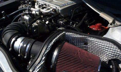 Pildil koonusfilter. Olemuselt ümmargune filter, mis annab tihti vabama hingamise autole.