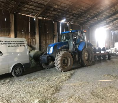 Oleme kliendi sinist Traktorit seadistamas otse nende küünis.